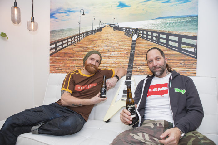 Marcello Milli, Beerium Kraftölsbryggeri, och Niclas Engelin från bandet We Sell The Dead hälsar välkommen till rockkonsert på Surte Kraftstation lördagen den 14 december.