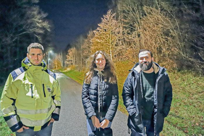 Gång- och cykelbanan mellan Nol och Nödinge har försetts med ny belysning, som ett led i att öka tryggheten. Här ses Christian Rönkkö, infrastrukturenheten, Sara Nordberg, Ungdomsrådet, och Tommy Westers Andersson, ungdomscoach.