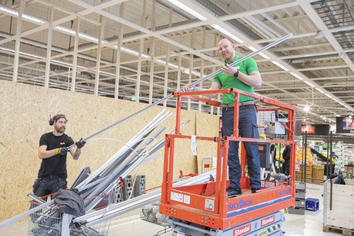 Mitt i byggröran. Coop i Älvängen har vuxit ur sitt skal och genomgår nu en förändring. Butikschef Krister Petersson ser fram emot nyinvigning under senvåren.
