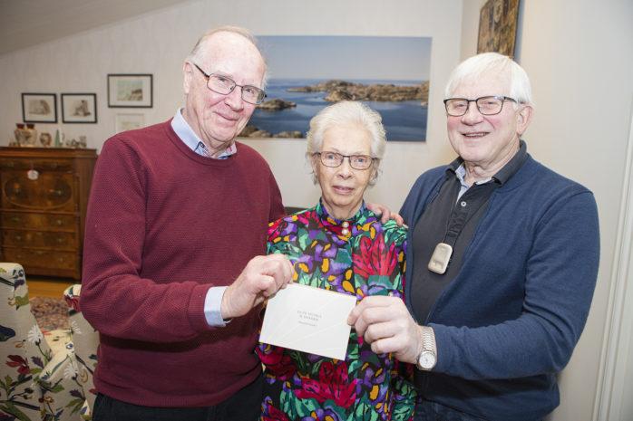 Uspastorpshjälpens jullotteri inbringade 6000 kronor, pengar som nu kommer att skänkas till Operation Smile. Britt Glennbrant vann en hotellövernattning i Eskilstuna och gratuleras här av föreningens representanter, Arne Törngren och Kurt Jannesson.