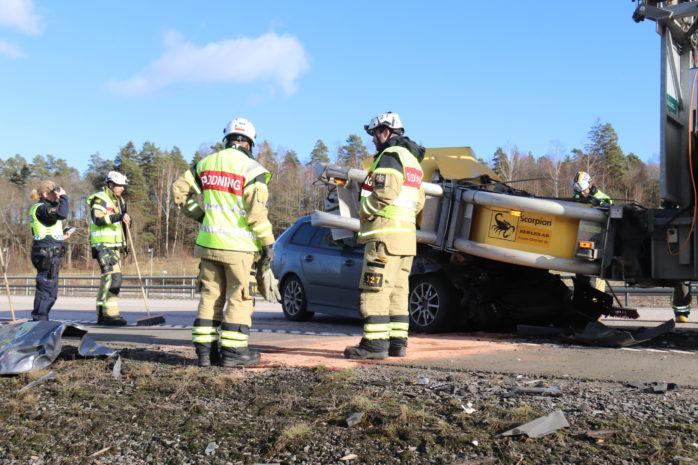 En bil körde in i en TMA-bil och blev rejält demolerad.