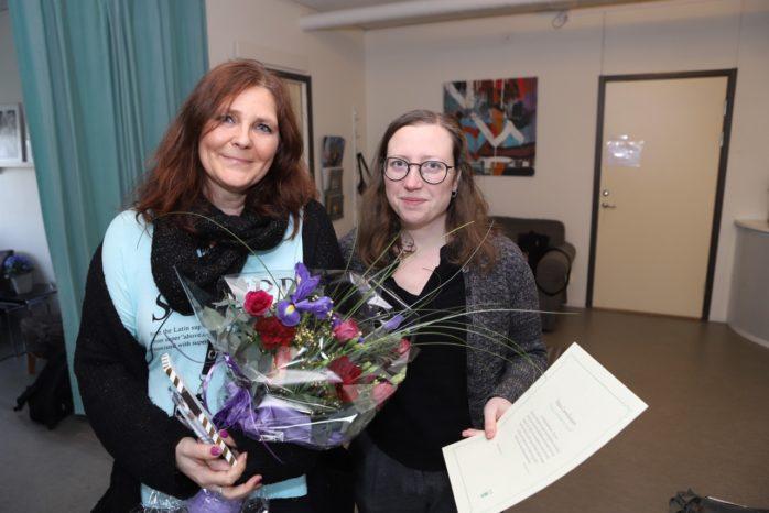 """Petra Corneliusson är """"Omtänksammast i Ale"""". Hon fick ta emot blommor, choklad och ett diplom av Fia Johannessen från Hållbarhetsgruppen i Ale."""