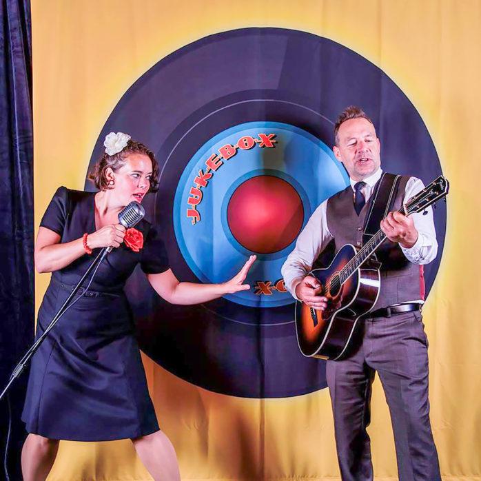 Jukebox är namnet på den musikföreställning med Linda Elaine Byman och Hans-Åke Andersson som visas i Skepplanda bygdegård tisdagen den 18 februari.