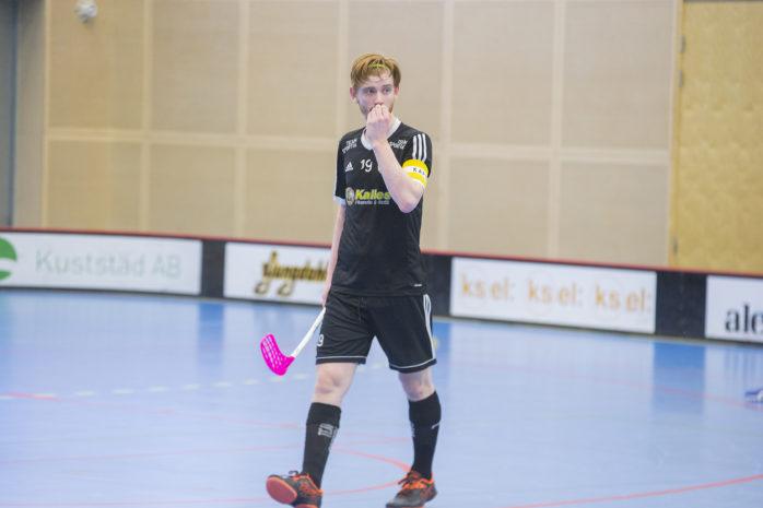 Surte IS IBK:s spelande tränare Linus Warnholtz var inte nöjd med lagets första period mot Öckerö. Arkivbild: Kristoffer Stiller.