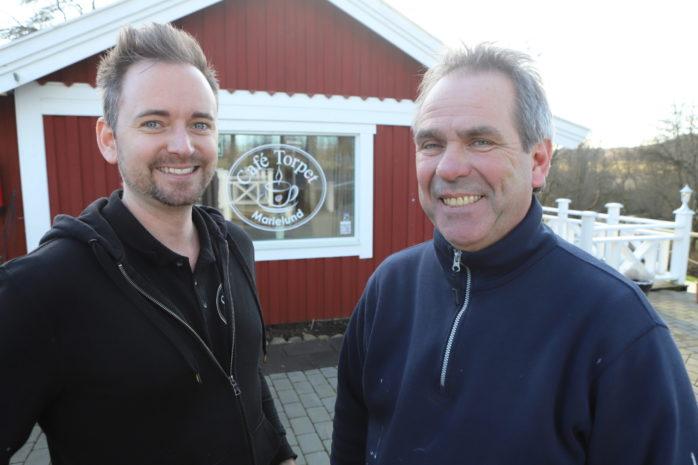 Johnny Hagberg och Kenny Eriksson hälsar besökarna välkomna till säsongsöppningen av Café Torpet onsdagen den 25 mars.