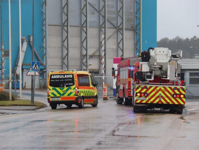 Räddningstjänsten och ambulanspersonal larmades till pappersbruket i Lilla Edet.