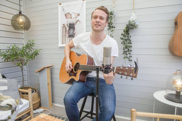 Musikern Björn Nilsson anordnar egna live-quiz från sitt uterum i Nödinge.