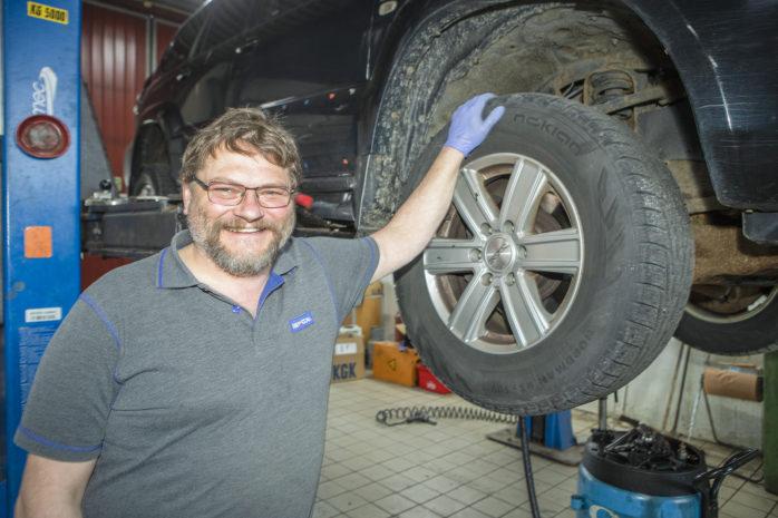 Markus Börjesson på MECA i Älvängen har fullt upp när många kunder kommer för att byta från vinter- till sommardäck.