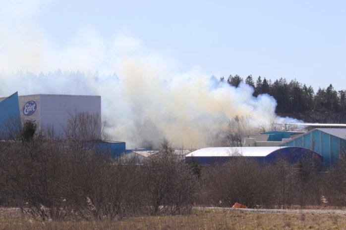 En omfattande brand på pappersbruket i Lilla  Edet. Foto: Christer Grändevik.