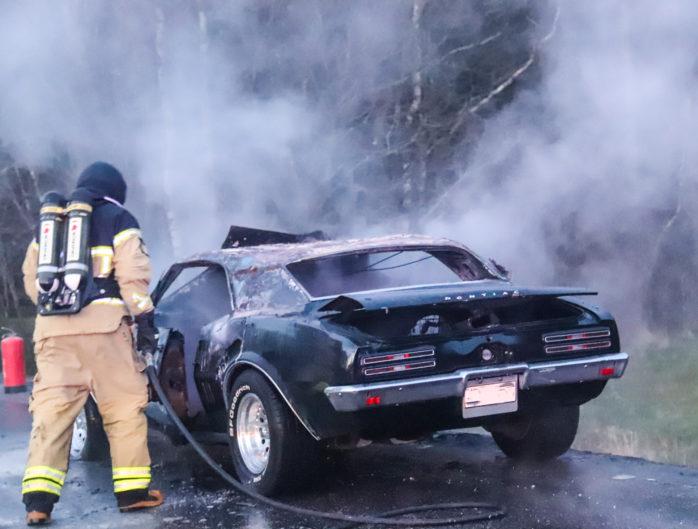 På Alingsåsvägen i Starrkärr i höjd med avfarten till Älvängen började en Pontiac att brinna. Räddningstjänsten tvingades stänga av vägen under släckningsarbetet. Foto: Christer Grändevik