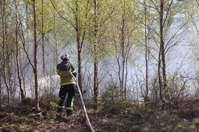 Räddningstjänsten larmades till en skogsbrand vid Stora Sandsjön. Foto: Christer Grändevik.