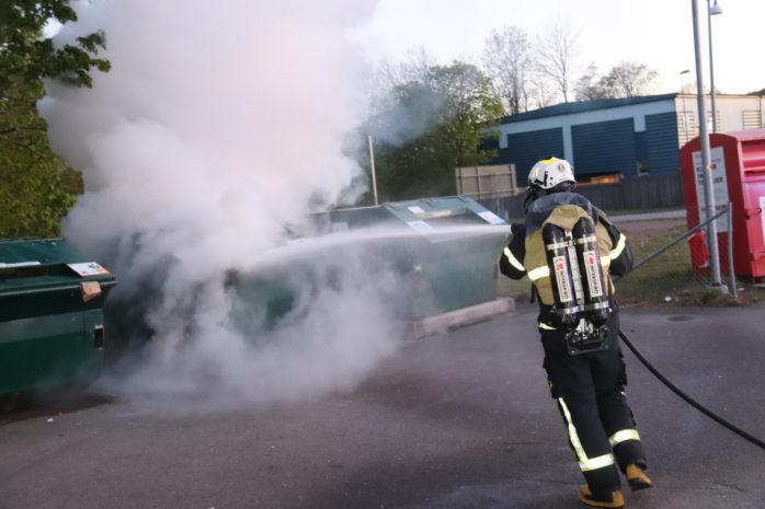 Räddningstjänsten larmades till tre nya containerbränder under tisdagskvällen. Foto: Christer Grändevik.
