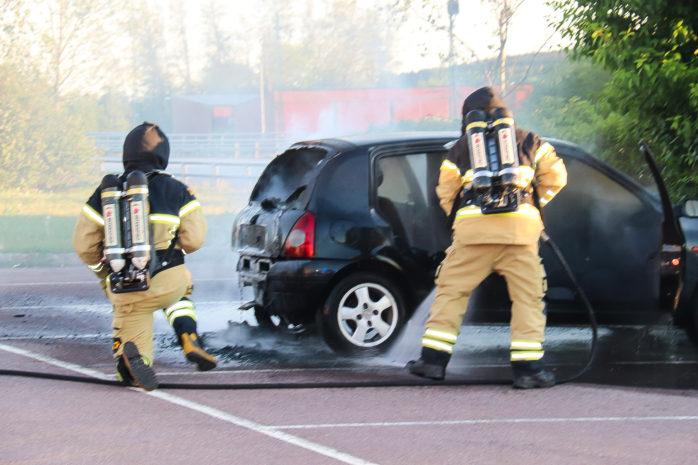 Bilbrand på pendelparkeringen i Nödinge. Första gången misslyckades försöket, men gärningsmännen kom tillbaka. Foto: Christer Grändevik