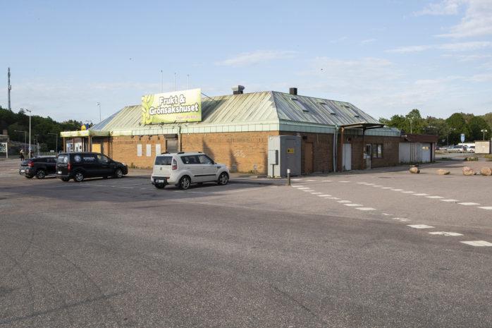Nu ska Frukt & Grönsakshuset rivas och med det försvinner många minnen från handeln i Nödinge. Här har det varit bilverkstad, bensinstation, taxistation, närlivs och nu senast ett populärt frukt- & grönsakshus.