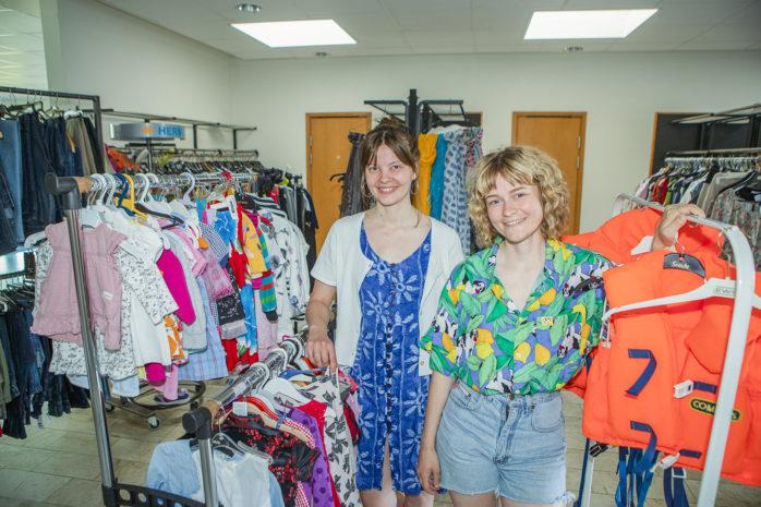 Rebecca och Esther Blom hälsar välkommen till Smyrnakyrkans second hand-butik i Älvängen, som kommer att vara öppen lördagar i juli.