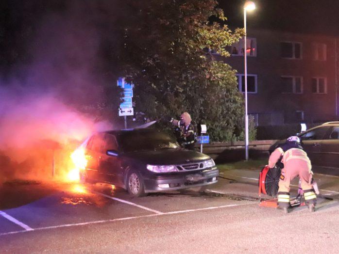 En bil sattes i brand på parkeringen vid Norra Klöverstigen i Nödinge natten till lördag. Foto: Christer Grändevik