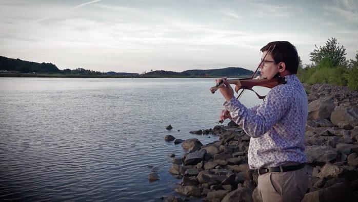 """Stefan Lindström, 28, boende i Surte har gjort succé med sin produktion """"En längtan"""". Filmen som kusinen Anders Frick har gjort har över 10 000 visningar."""