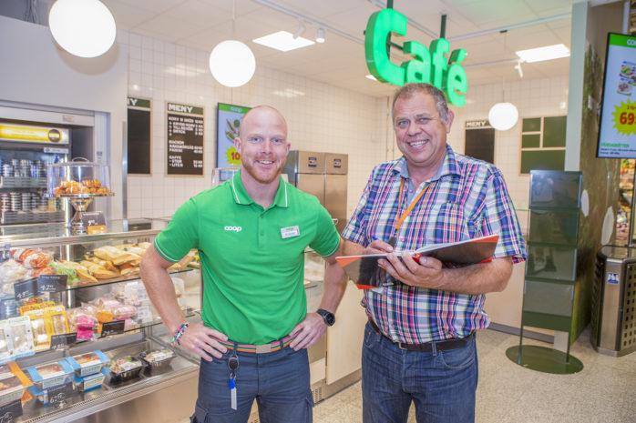 Butikschef Krister Petersson och projektledare Henrik Nylén konstaterar att renoveringen av Coop i Älvängen snart är helt klar.