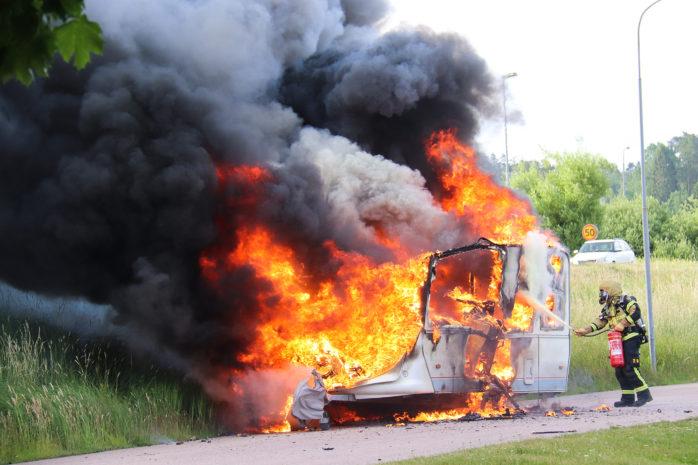 En husvagn tog av okänd anledning eld på onsdagsmorgonen i Börsagården, Nödinge.