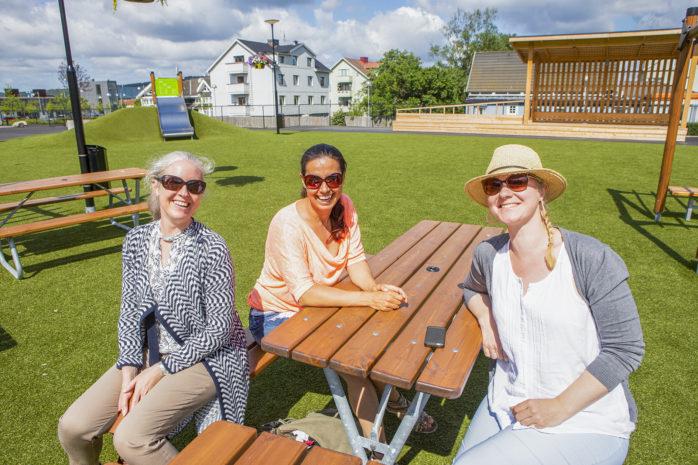 Kultursommarjobbare är ett nytt grepp som testas i Ale. Fjorton feriearbetare kommer att handledas av Stina Klintbom och Maria Zeniou, här tillsammans med kultursamordnare Klara Blomdahl.