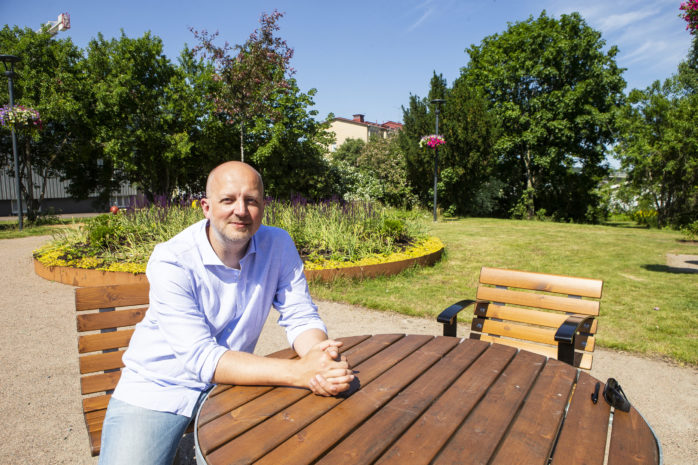 Mikael Berglund (M), kommunstyrelsens ordförande för andra gången, satte sig i Älvgläntan, parken i Älvängen centrum.