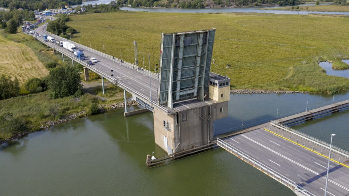 En broklaff har fastnat i öppet läge på Jordfallsbron. Bild: Linus Olsson.