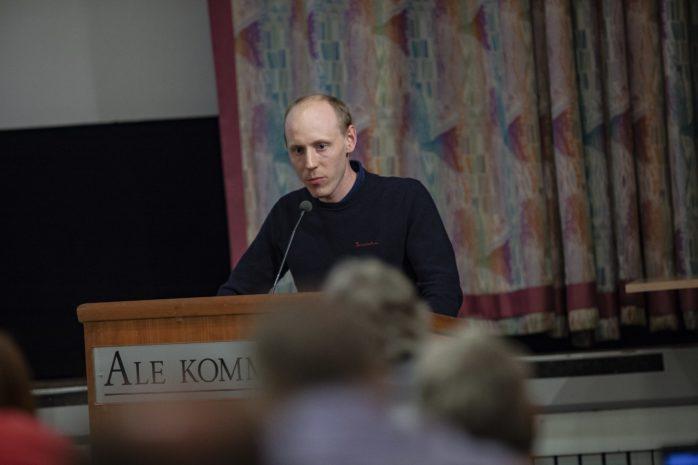 Robert Jansson (SD) föreslog i en motion att partistöden i Ale omgående skulle sänkas med 242 000 kronor. Den avslogs i kommunstyrelsen, men samtidigt har demokratiberedningen inlett en översyn om villkoren i nuvarande upplägg. På sikt kan det bli förändring.