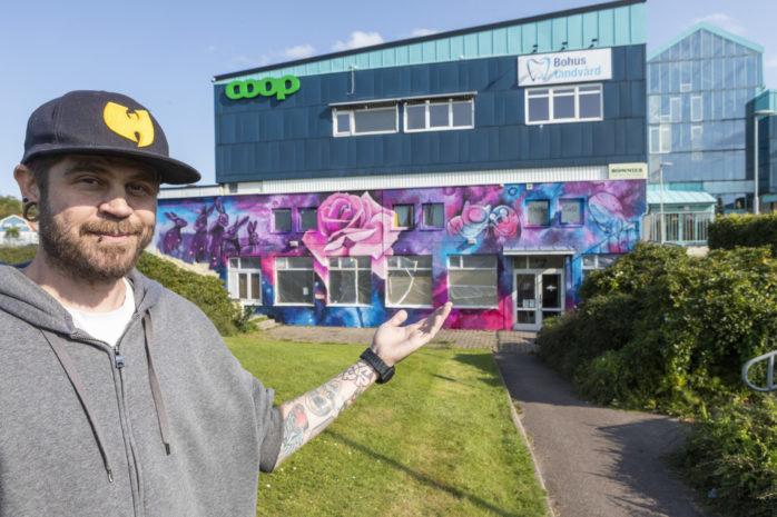 Sagie är konstnären som satt färg på Bohus centrum med sin färgglada väggmålning.