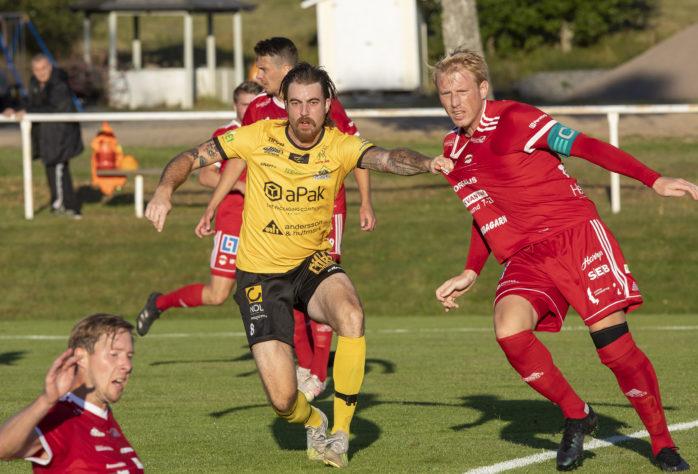 Robin Eriksson visades ut efter drygt 60 minuter. En utvisning som AIF inte kunde hantera. 1-0 blev 5-0 till Oddevold. Arkivbild.