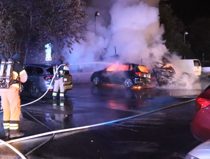 En bil och en husvagn fattade eld vid Norra Klöverstigen i Nödinge. Foto: Christer Grändevik.