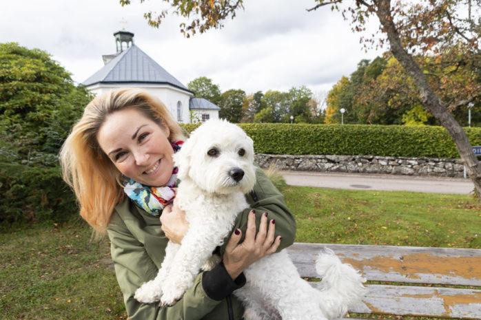 Kommer hem till jul. Söndagen den 6 december bjuder Annica Svensson, här med hunden Sixten, och hennes kollegor i Appearance in till julkonsert i Nödinge kyrka.