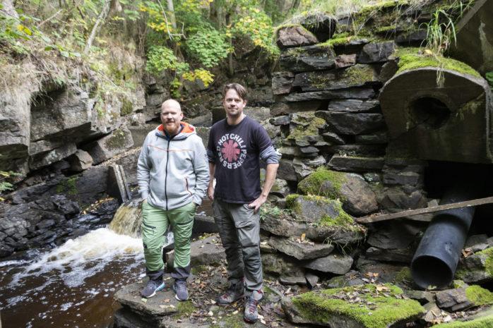 Niklas Gabrielsson, ordförande i Ledets Fiskeförening, och Andreas Ekström, forskare från Göteborgs Universitet, på plats vid laxkläckarhuset i Slitorp där det nu genomförs en undersökning av öring.