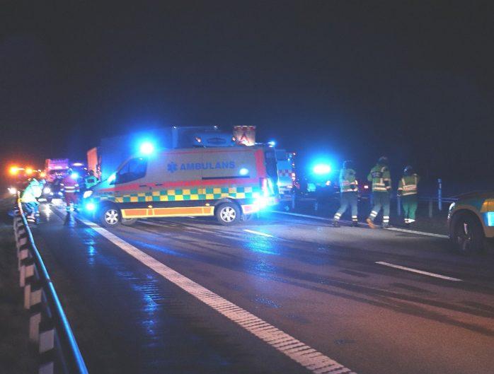 En personbil frontalkrockade med en lastbil förra veckan på E45 i Lilla Edet. Foto: Christer Grändevik.