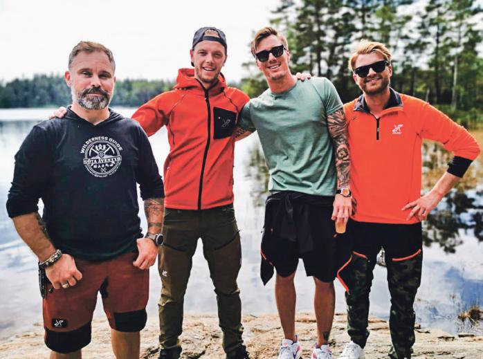 Youtuber-komikerna JLC på överlevnadskurs med Lars Johansson, här vid en sjö i Nol.