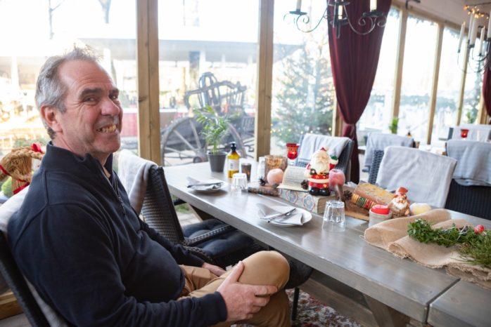 Johnny Hagberg i Café Torpets nya orangerie där gästerna avnjuter årets julbord. För dem som föredrar att sitta hemma erbjuds ett take away-julbord.