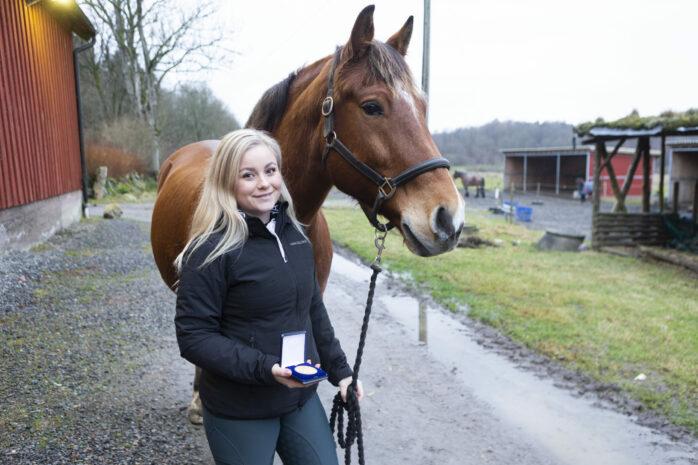 Emelie Andersson har belönats med en medalj efter att ha räddat livet på en ridskoleelev.