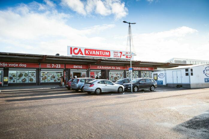 ICA Kvantum tar över Smyckas och XLNT:s lokaler på Ale Torg. Det innebär att ICA kan flytta sin förbutik och samtidigt genomföra en satsning på e-handel. Bild: Jessica Lindén.