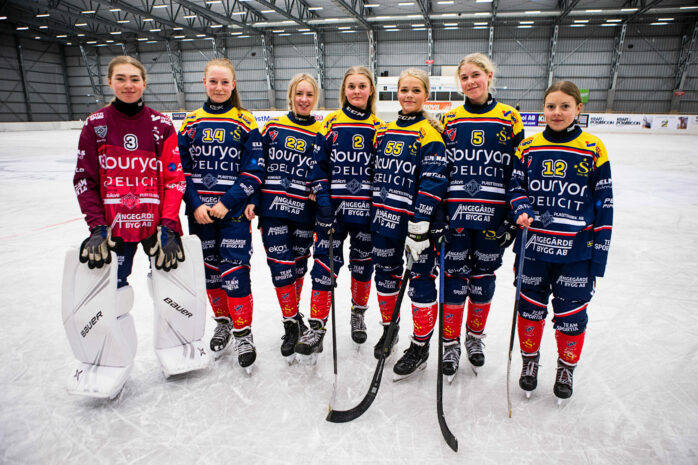 Elena Schultz, Tilda Nordenstam, Linn Svensson, Emmie Forsberg, Leah Roos, Vilma Fischer är födda 2005. Felicia Larsson är ett år yngre.