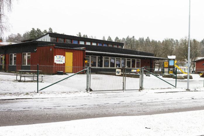 Tre avdelningar på Hövägens förskola är i nuläget stängda efter att flera medarbetare har smittats av coronaviruset.