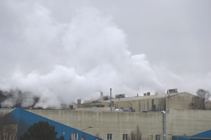 Under torsdagen började det att brinna på pappersbruket i Lilla Edet.