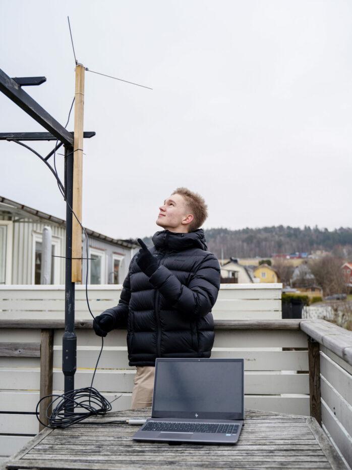 Vidar Petersson från Bohus har byggt en egen komplett antenn- och markstation. Han ingår nu i Sveriges Unga Forskningslandslag.