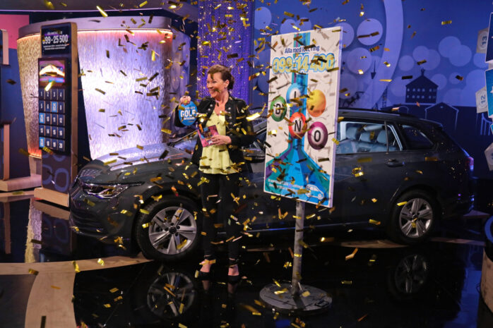 Bingolottos programledare Lotta Engberg förkunnar att Jonny Hjern från Nol vunnit en bil. Bild: Johan Carlén, Folkspel.