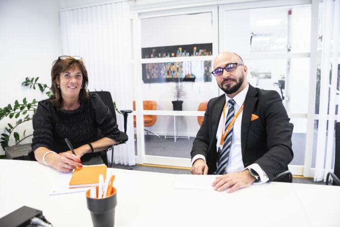 Leo Hatami är ny kontorschef på Swedbank i Älvängen. Här ses han tillsammans med sin kollega Maria Andréasson som basar för Swedbank Göta ävldalen, Kungälv och Stenungsund.