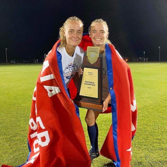 Ronja och Maja Henriksson är återigen amerikanska collegemästare i fotboll. Bild: Privat.