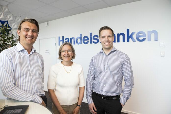 Handelsbankens kunder i Ale hänvisas numera till kontoret i Kongahälla Center. Här ses kontorschef Kajsa Mägi tillsammans med Gustav Olsson, företagsmarknadschef, och Martin Wigstrand, rådgivare.