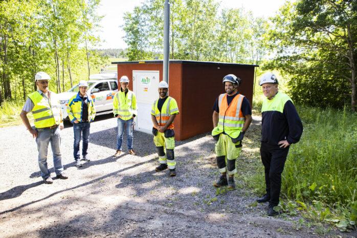 Kilandalinjen, som är en 10000 volt högspänningsledning, har grävts ner. Här ses representanter från Ale El vid den nya nätstationen Höbron. Från vänster: Eje Engstrand, Mikael Hansson, Anders Sandeberg, David Einbeigi, Andreas Haugland och Stefan Brandt.
