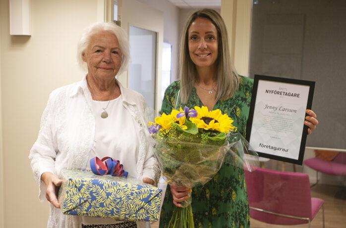Företagarna Ale uppmärksammade Jenny Larsson med priset Årets Nyföretagare i Ale 2021. Barbro Ericson mångårig styrelsemedlem i föreningen överlämnade gåvor och diplom.