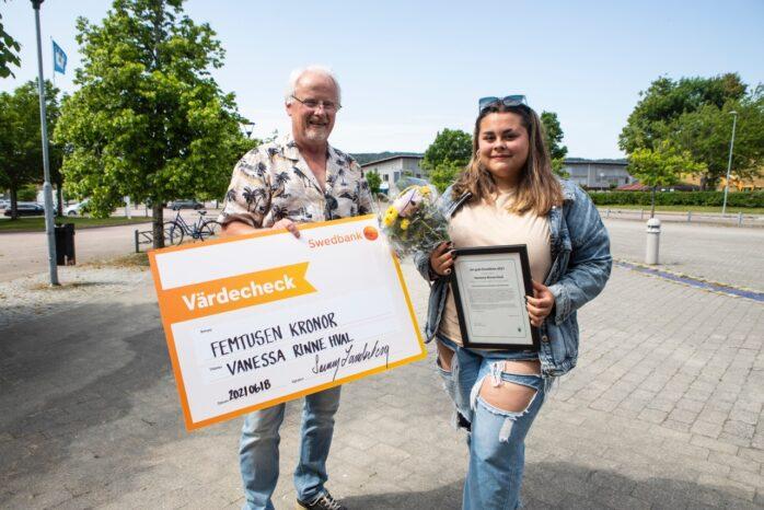 Vanessa Rinne Hval tilldelas Ale kommuns ungdomsstipendium Ett gott föredöme av Kultur- och fritidsnämndens ordförande Sonny Landerberg.