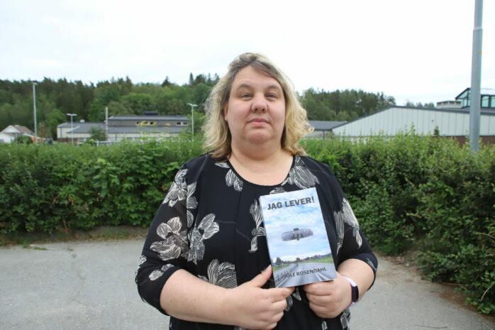 """För sju år sedan utsattes Soli Rosendahl för en knivattack på parkeringen vid Älvängens bibliotek. Nu ger hon ut boken """"Jag lever!"""" där hon med sina egna ord berättar om överfallet och tiden därefter."""