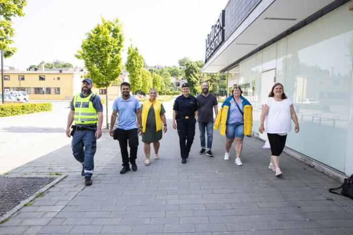 Ett nätverk med flera olika professioner samverkar för att öka tryggheten på Älvängens resecentrum. Representanter från Ale kommun, Västtrafik, vaktbolag, polisen och inte minst nattvandrarna deltar i arbetet.